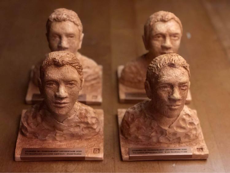 Remise des sculptures pour la journée de l'enseignement universitaire